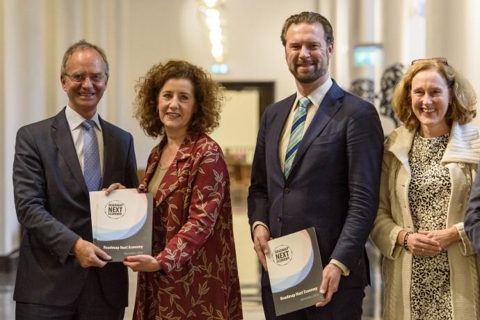 Minister Henk Kamp neemt Roadmap Next Economy in ontvangst
