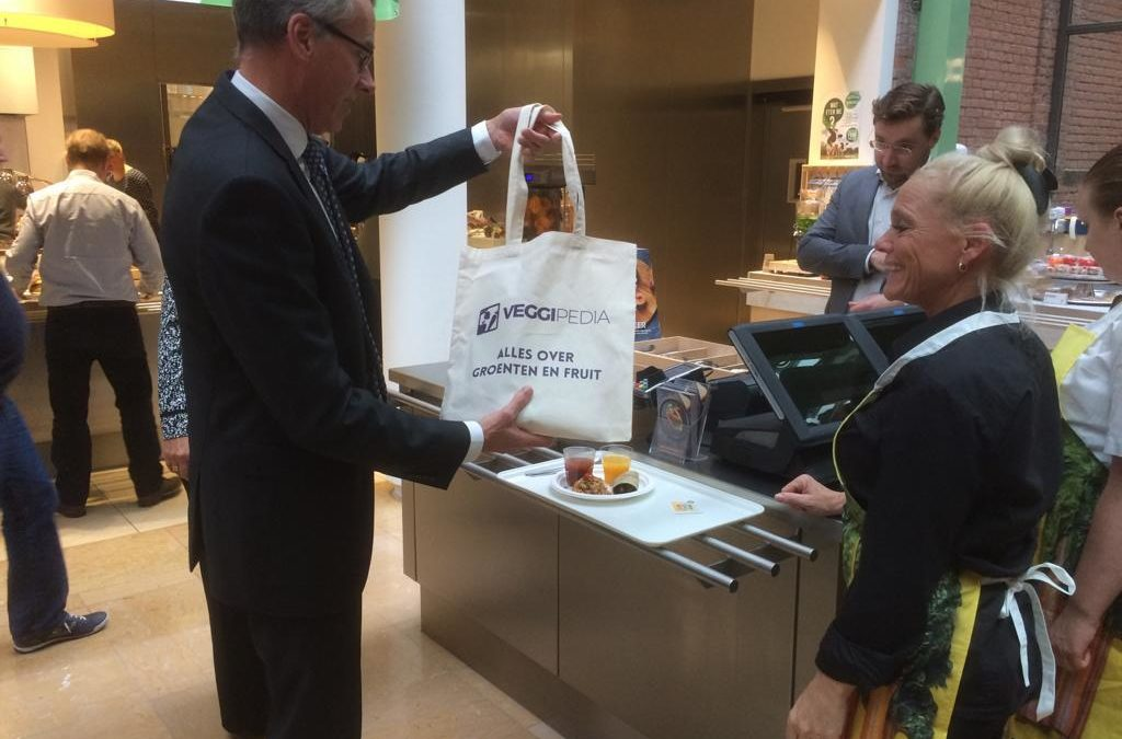 Secretaris-generaal Goet (LNV) ontvangt gezonde producten uit de tuinbouw